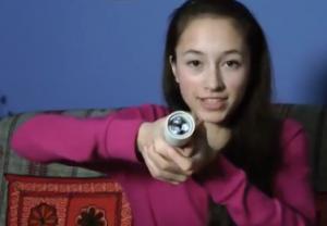 voici la jeune inventrice et sa lampe-torche.