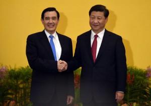 le-chef-d-etat-chinois-xi-jinping-(a-droite)-et-le-taiwanais-ma-ying-jeou-se-sont-serre-la-main-et-ont-souri-en-saluant-les-medias-photo-afp-1446882220