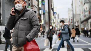 À Tokyo, de nombreuses personnes ont adopté le port du masque chirurgical par mesure de précaution contre l'épidémie. (CHARLY TRIBALLEAU / AFP)