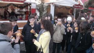 dégustation de la Bratwurst sur le marché de Noel