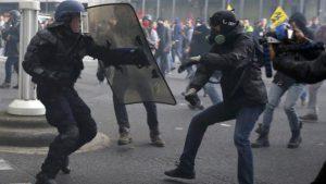 Affrontement entre un CRS (à gauche) et un manifestant (à droite)