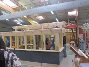 La structure bois en cours de réalisation dans l'atelier du lycée