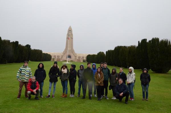 Lycéens Allemands, Italiens et Français devant l'ossuaire de Douaumont