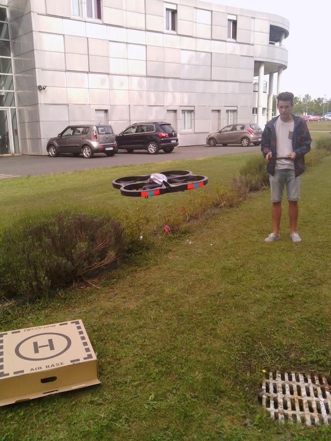 Matthieu B. faisant voler le drone du lycée
