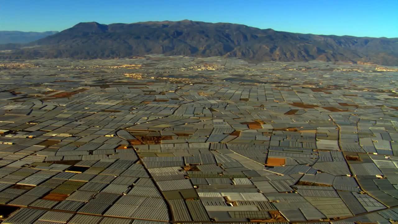 Le désert d'Alméria s'est couvert de serres pour fournir l'Europe en fraises et autres légumes (Source : film Home de Yann Arthus Bertrand)