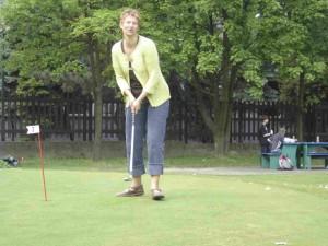 Mêmeles canards jouent au golf