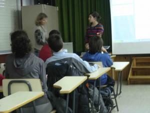En fin de journée, Léa présente les superbes diaporamas réalisés par les élèves de 3°A aux espagnols apprenant le français.