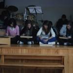 En musique, les élèves jouent du xylophone