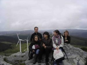 La délégation française pose pour la postérité devant le champ d'éoliennes.