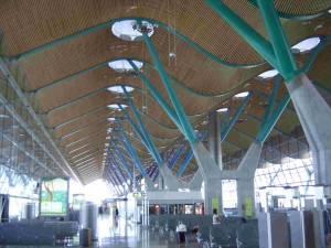 admirons l'architecture imposante de l'aéroport de Madrid.