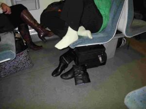Dans les trains, les finlandais n'hésitent pas à se déchausser pour faire respirer leurs pieds.