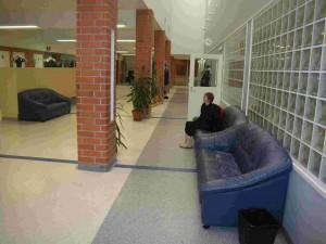 Dans le grand couloir, les élèves bénéficient de canapés très confortables.