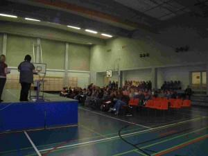 Les présentations se font devant un nombreux public.