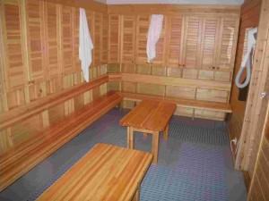 Avant d'entrer dans le sauna, se déshabiller (entièrement de préférence) au vestiaire.