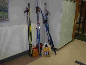 Les skis aussi restent au vestiaire.