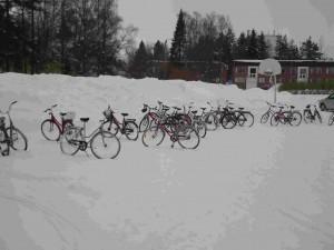 Certains élèves n'hésitent pas à venir en vélo malgré la neige.