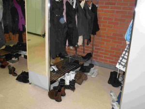 A l'ntrée du lycée les élèves laissent leur vêtements et leurs chausures au vestiaire à cause de la neige. Ils passent la journée en chaussettes.