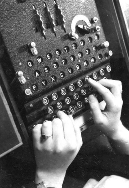 Bundesarchiv_Bild_183-2007-0705-502,_Chiffriermaschine_-Enigma-