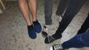 Les élèves tchèques laissent leurs chaussures au vestiaire