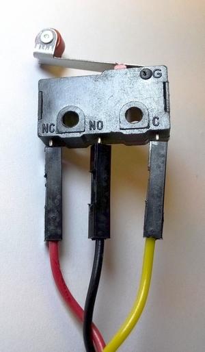Contact a levier facilement monté sur un câble avec 3 boîtiers (Source : Collège Jean Macé)